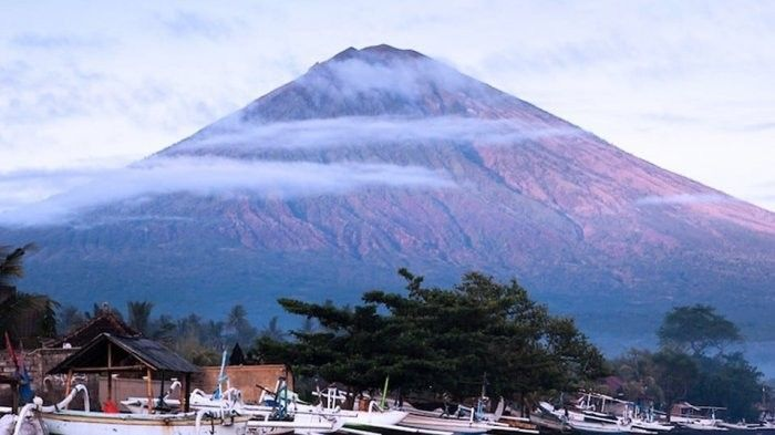 Witness the Magnificence of Mount Agung Bali While Swimming