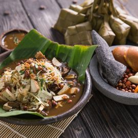 Tipat Tahu Grenceng: The Legendary Food Stalls in Denpasar